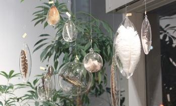 シリーズをいくつも吊るすと、なんだか幻想的な雰囲気に。ガラスのきらめきと羽根の浮遊感が涼しさを生みます。