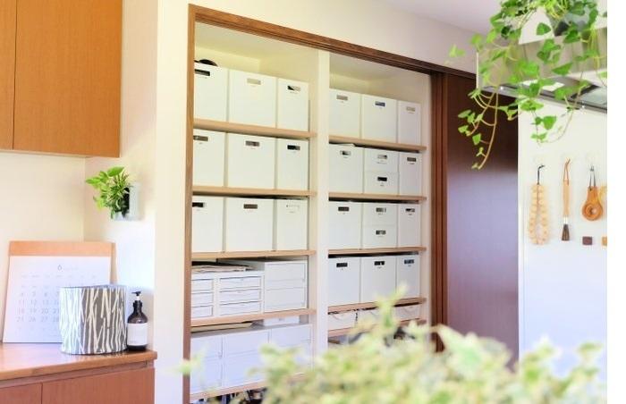 季節やシーンごとに、使う道具やものたちをニトリのボックスにラベリング収納。 棚板とサイズがばっちりなので、重ねることもなく、タイミングに合わせて移動でき、とても合理的。