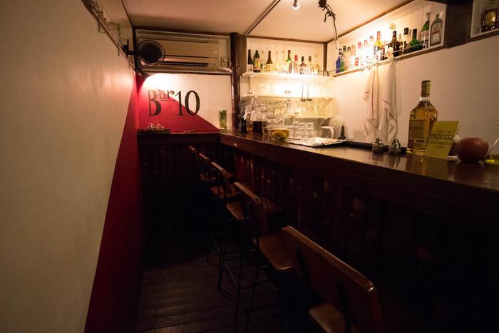 こちらが地下のバー『TABLE AND BAR 10』。お酒と、軽い食事をとることができます。