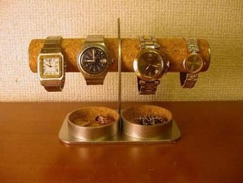 腕時計をディスプレイしながらスッキリと収納できるスタンド。コルクとステンレスの異素材ミックスがかっこいい。 下のトレイに小物、ピアスなども置けます。
