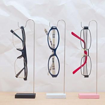 メガネのデザインが引き立つシンプルなフックスタンドは、どんなお部屋にも合いそう。 コレクションが増えても1台ずつ買い足せばOK