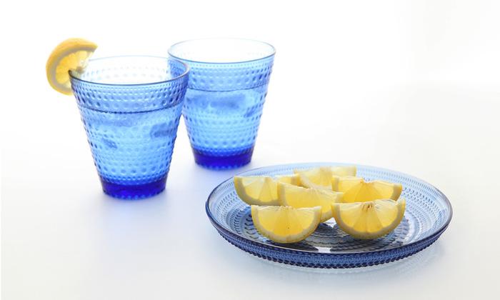 カステヘルミは2017年の限定の復刻版です。見ているだけで涼しくなる水玉模様とウルトラマリンブルーが夏の食卓に清涼感をもたらしてくれます。