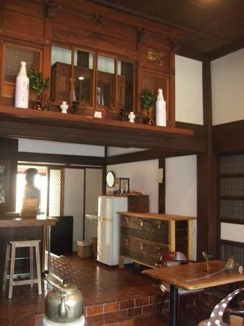 食事スペースには、古民家ならではの立派な神棚が。