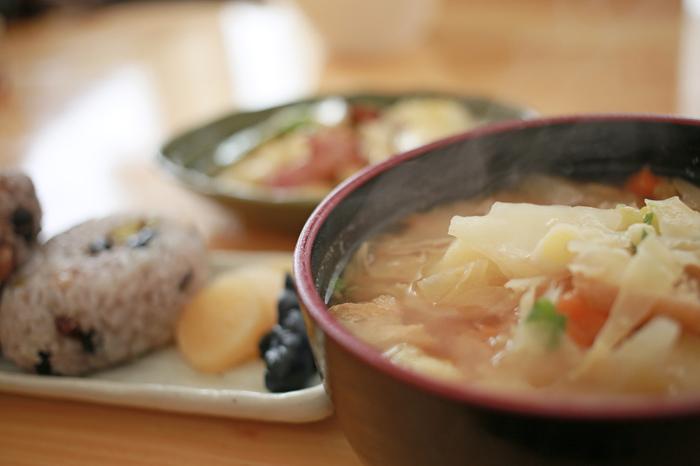 日本食の中でも、特に地域ごとの食材や調理法を生かした伝統的なものを「和食」といいます。和食は日本食の一部、と覚えておくとよいかもしれませんね。
