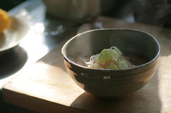 一汁三菜を基本としている和食は、多くの食材を使うほか食物繊維が多く脂質が少ないなどの栄養面からもバランスがよいと言われています。