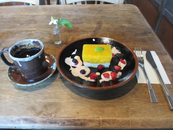 土日祝にはカフェとしての営業もされています。こちらは「豆腐入りチーズケーキとアップルマンゴーの寒天ゼリー」。手作りの温かい味わい。コーヒーもおいしいと評判です。