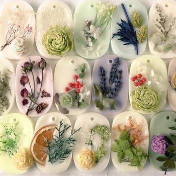 アロマサシェ、またはボタニカルワックスサシェなどとも呼ばれるアロマワックスバーは、飾って香りを楽しむタイプのアロマキャンドルです。プリザーブドフラワーやスパイス、ポプリなどが贅沢に使われ、どれもとっても華やかです。