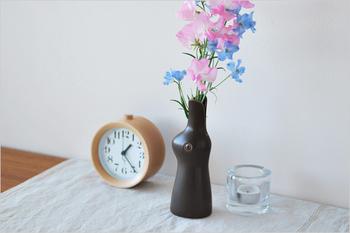 食器やテキスタイルなどで人気が高い鹿児島睦(かごしままこと)さんデザインの花瓶。ウサギの頭から花が咲く、ユーモラスなデザインです。