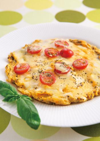チーズと卵のコンビならこんな組み合わせも♪ピザ用のチーズをオムレツの上に乗せて焼けば、ピザのようなオープンオムレツの出来上がりです。