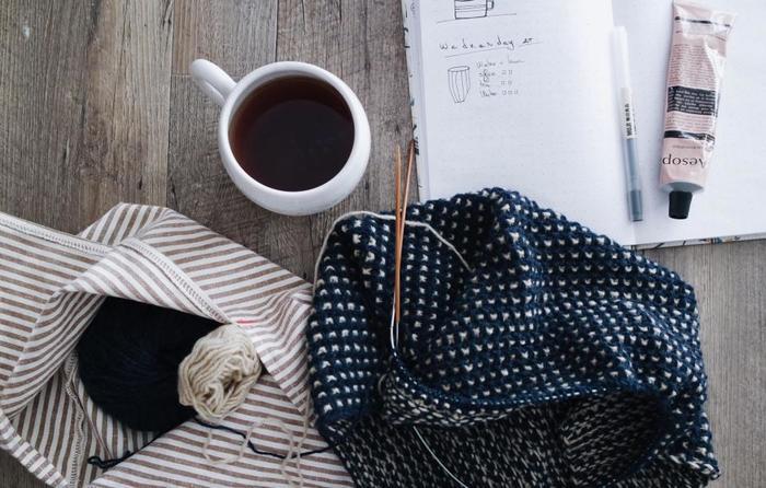 没頭して無心になれる編み物はひとり時間におすすめ。お気に入りの音楽をかけながら、黙々と編み続けていくと次第に心が落ち着いてきます。