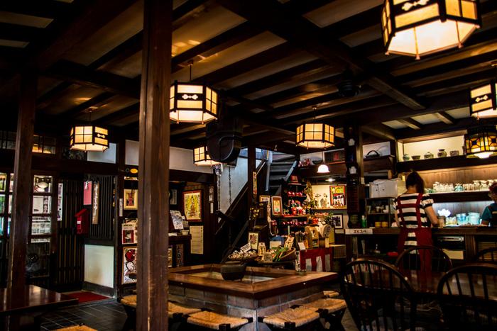 店内の様子はダークカラーにあたたかな照明の色で、落ち着ける雰囲気。