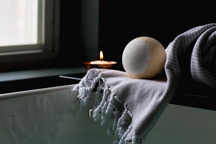 バスボムを入れて、半身浴をじっくり楽しみたい。キャンドルを灯してリラックス。