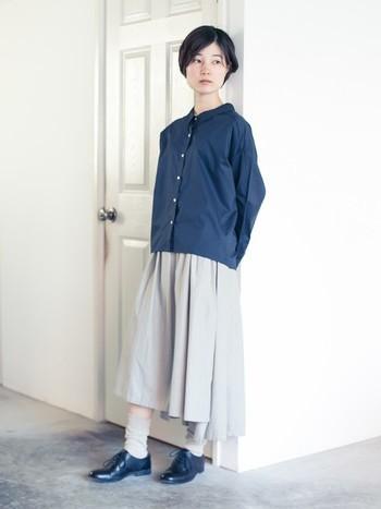 落ち着いた色味でまとめた上品な冷えとりスタイル。スカートと靴下から少しだけ肌見せして温度調節を。