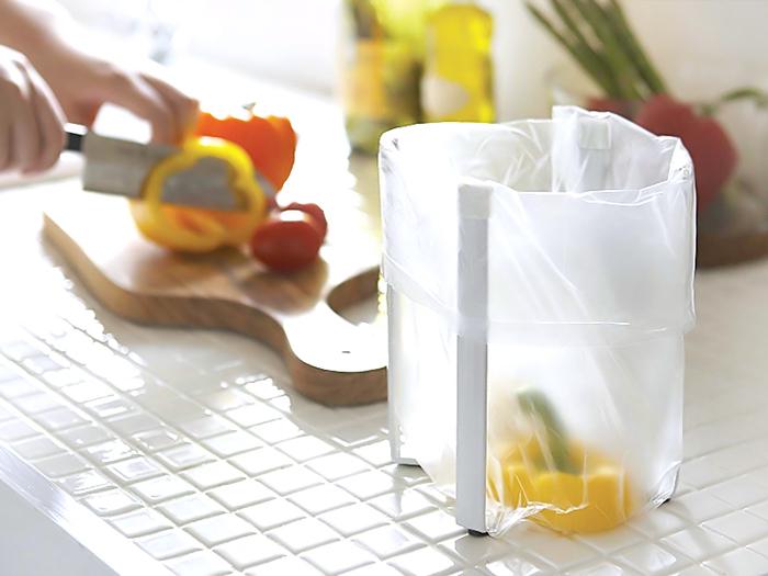 『プラスチックバッグ エコホルダー』  シンプルなデザインのポリ袋エコホルダーです。ポリ袋をセットすると、簡易型ダストボックスとして使えます。普段はコンパクトな状態でたたんでおいて、使いたいときサッと開いて使用できる手軽さが魅力。