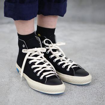 次におすすめしたいのが、ハイカットタイプのスニーカーです。黒のソックスに合わせてブーツ感覚で取り入れることができるので、トライしやすいですよ。