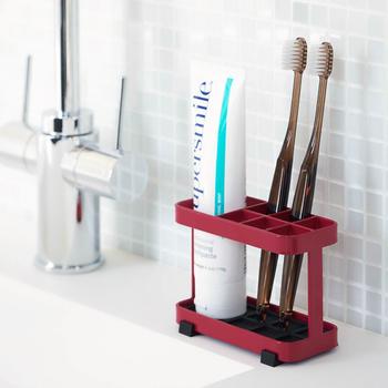 滑り止めマットは取り外し可能で、本体底も水が溜まらない格子状になっています。何気なく洗面所に置いてあるだけでさまになるシンプルなデザインが毎日の気分をアップさせてくれそうです。
