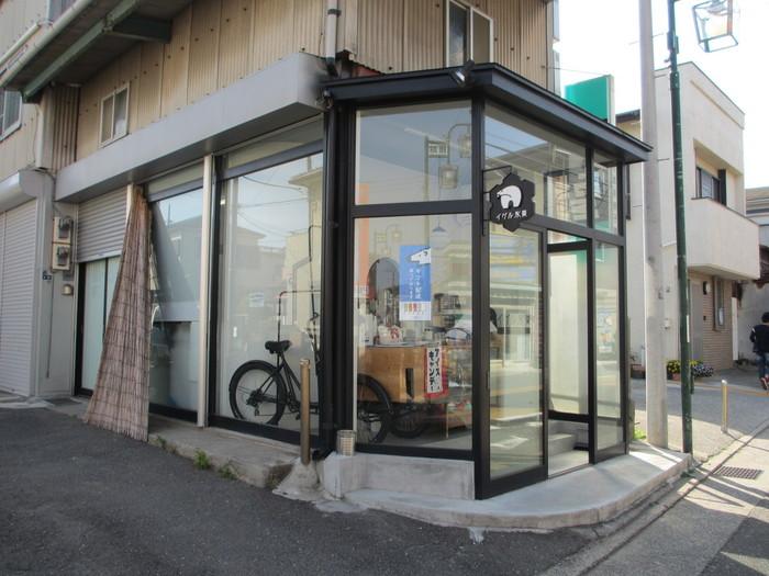 鎌倉の「イグル氷菓」は、2012年オープンのテイクアウト専門のアイスキャンディー屋さんです。工場が併設されたお店は、江ノ島電鉄の江の島駅と腰越駅の中間あたりにあります。どこか昔なつかしい、レトロな店構えがステキですね♪