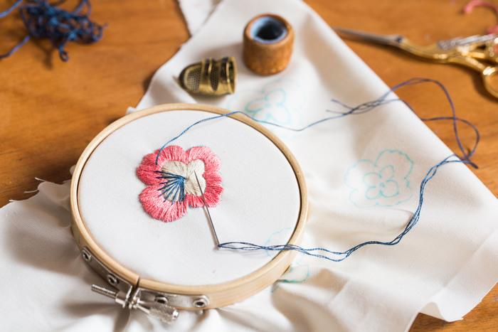 もの持ちのよい溝渕さん。いくつかある刺繍の枠の中には、なんと溝渕さんのお母様が高校時代に使っていたものも