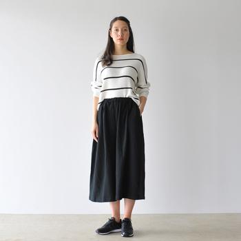 モノトーンでまとめたスッキリとしたコーデ。女性らしいふんわりとしたスカートに、あえてボリュームのあるスニーカーを合わせることで、抜け感が出て気取らない着こなしになります。
