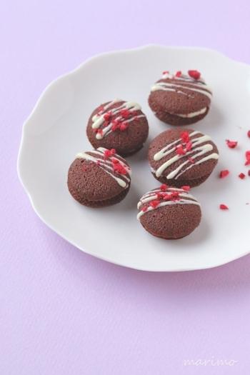 一口サイズのクッキーは、クッキーサンドにすることで豪華さが増します☆シンプルすぎるかなぁと思った時には、チョコレートをサンドしたボリュームアップ化も参考にしてみてくださいね。