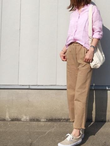 """「ピンクに何色を合わせたら良いのかわからない」という方は、まずは「ベージュ」と合わせてみて。「ベージュ×ピンク」の組み合わせは、ナチュラル感たっぷりなのに""""こなれた""""雰囲気に。  ピンクのリネンシャツは、袖をまくって""""抜け感""""を演出して。気になる二の腕もさりげなく隠してくれます。"""