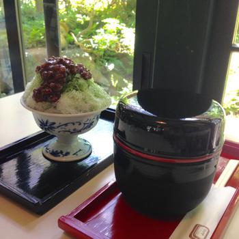 茶席の点心などで使われる、信玄弁当の形を応用して考案した器を使用しています。赤と黒の塗りの器の上段には、関東風の黒みつが。下段にはかち割り氷を入れた、のどごしの良い食感のくずきりが入っています。