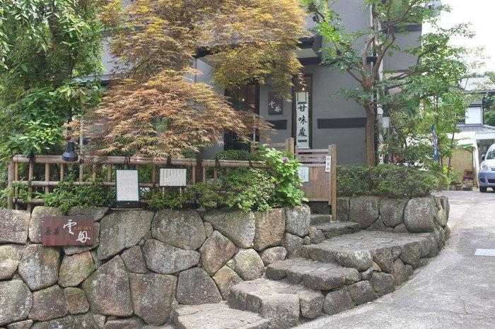 鎌倉駅西口から徒歩10分の場所にある、茶房・甘味処『雲母(キララ)』です。和風の佇まいがステキですね。