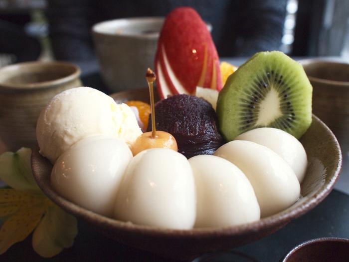 白玉フルーツクリームあんみつ ゴルフボールくらいの大き目サイズの白玉が5個ものったフルーツ白玉です☆作り立てのあたたかいモッチリ白玉と、冷たいフルーツ&アイスが不思議とマッチするんです。
