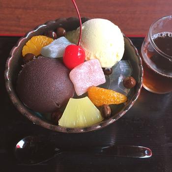 口どけなめらかなバニラアイスが入った「クリームあんみつ」です。アイス&こしあんが、甘党の人にはたまらない組み合わせです♡