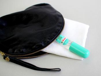 スプレータイプのハッカ油は携帯しておくと何かと便利です。ハンカチやマスクにひと吹きするだけで爽やかに。ただし、香りが強すぎると感じた時は、マスクを袋に入れ、そこにハッカ油をスプレーしたティッシュを一緒に入れておくのがおすすめです。