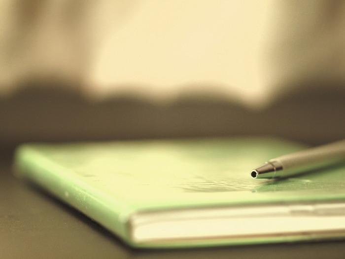 スケジュール管理はスケジュール帳で管理している人が多いでしょう。多くのメーカーからスケジュール帳は出されていますが、自分のライフスタイルに合うスケジュール帳を選ぶ必要があります。 例えば、月ごとにカレンダーに書き込むタイプのマンスリータイプのスケジュール帳は、記入スペースが小さいので仕事以外のプライベート用の使用に向いています。逆にウィークリータイプは週ごとに分けられて、1日のスケジュールを書ける記入スペースがあります。1ページが1日分のデイリータイプは日記や記録用に使えます。