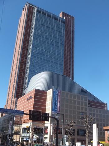 にんじん色の外観から区内の中学生により命名された「キャロットタワー」。 「世田谷パブリックシアター」「シアタートラム」などの劇場があったり、地下1階から地上2階はレストランやショップなど商業施設が入っています。