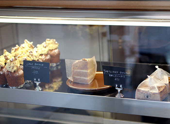 フランスでの修行経験を持つパティシエが2014年にオープンした「Merci BAKE(メルシーベイク)」は、午後にはケーキが売り切れてしまうことも多い人気店。ケーキはどれもシンプルですが、素朴な見た目からは想像できない素材の持ち味を生かした美味しいケーキ達。タルトやガトーショコラなどの焼き菓子の他に、蓋つきのジャーに入ったラテジャーやチーズケーキも絶品です。