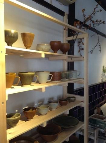 「その場で、作る、遊ぶ、楽しむ。」をコンセプトにした喫茶「サロンことたりぬ」。 扱っている陶器は笠間焼中心に、使いやすさを考えて店主の気に入ったものを揃え、価格はリーズナブルです。器好きの店主さんと器談義も◎