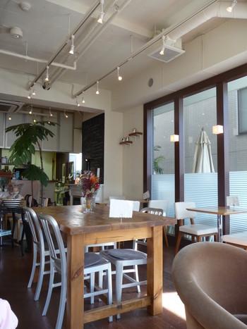 店内はとても明るくテーブル席やソファ席のほかに、ペット同伴OKのオープンカフェの席もあります。