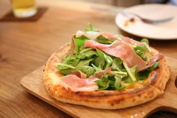 「Poco」は「ちょっと」を意味するイタリア語で、女性でも食べきれる直径15㎝のポコサイズのピザが看板メニューの「Pizza Stand Poco」。ポコサイズは400円からとお手頃価格も嬉しいですね。 こちらは、イートイン限定のプロシュートルッコラ。