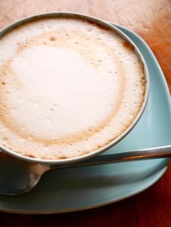 カフェオレボウルでいただくティープレッソは、泡がきめ細やかで上品な味わいです。店内にはこだわりの食品や雑貨なども販売されているのでお土産探しにもおすすめ。