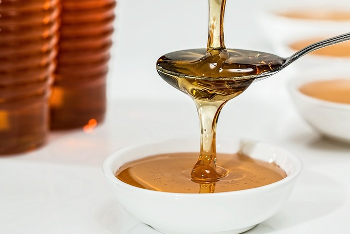 材料は砂糖、ココナッツオイル、はちみつです。  ■作り方■ 1.ココナッツオイル(少し固まった状態のもの)大さじ1にはちみつ大さじ1を加えて混ぜます 2.ココナッツオイルとはちみつがよく混ざったら砂糖を大さじ2杯加えます 3.馴染んだら最後に液状のココナッツオイルを小さじ1混ぜます  これで完成です!出来上がったものは密閉容器に入れて保存してくださいね。約2週間持ちます。