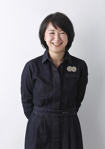 代表の中條淳子さん。会社のきっかけは、キッチンで知人のために作り始めたお菓子から。現在では専用工場での徹底した管理により、アレルゲンの混入の無い安心、安全なお菓子作りが実践されています。