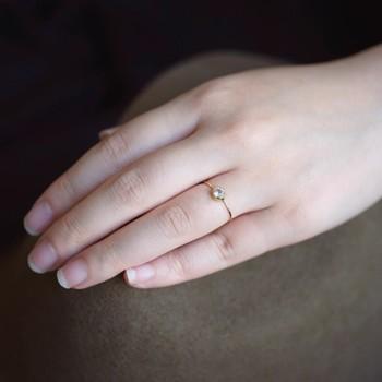 それぞれの石には宝石言葉があり、肌に直接身に付けることで、より幸せになれると言われています。お洒落にさりげなく取り入れるなら、シンプルなデザインのリングやネックレスがおすすめです。ギフトとして、大切な人へ誕生石のアクセサリーを贈るのも喜ばれますよ。