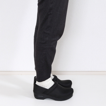 靴の中で足の指がきついということがないため、長時間履いていても足に負担がかかりにくいのが特徴です。  厚めのソールには安定感があり、歩きやすいのが特徴。 だから疲れにくいと評判です。