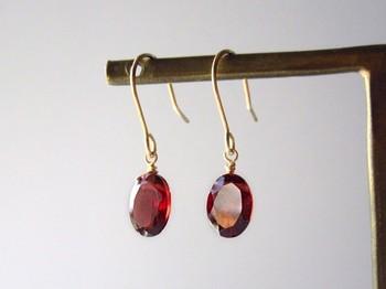 ガーネットは紅榴石(べにざくろ)とも呼ばれ、情熱的な色味が魅力的な宝石。鮮やかな発色のガーネットは、肌を美しく見せてくれる効果も。