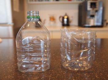 """水回りのお掃除に欠かせない「スポンジ」。皆さんはお掃除で使った後、濡れたスポンジをどのように収納していますか?濡れたままではしまうこともできず、かといってそのままシンク周りに放置すると不潔ですよね…。そんな濡れたスポンジの収納には""""ペットボトル""""が便利!こちらのブロガーさんはボトルを半分に切って容器を作り、スポンジ置き場として活用しているそうです。"""