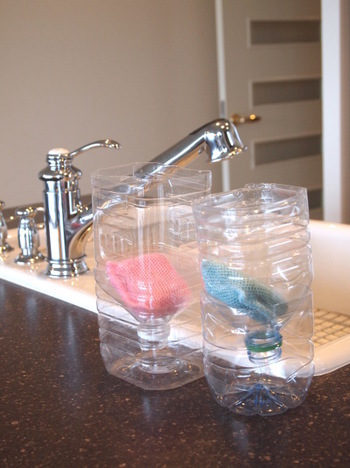 作り方は写真のようにボトルを半分に切り、上の方を逆さまにして下のボトルに差し込むだけです。ここに濡れたスポンジを置くと水分が下のボトルに落ちていき、あっという間に乾くそう。スポンジ置き場がないトイレや洗面所に、さっそく取り入れたくなる画期的なアイディアですね!これなら使う時もしまう時も楽ちんで、お掃除の効率もUPしそうです☆