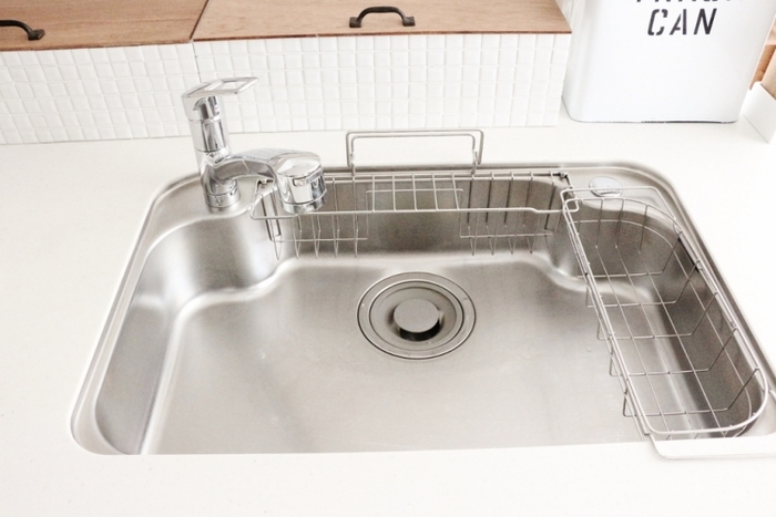 その後、食器用洗剤でオイルを落とし、洗い流したあとに乾いた布で拭いたら完了です。ちなみにオイルを塗った状態でメラミンスポンジでこすると、さらに綺麗な仕上がりに。同じ方法で食器の水切りや、キッチンスケールもピカピカになるそうです。