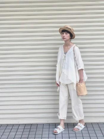 夏におすすめなのは、軽やかな印象のホワイトカラー。涼しげなホワイトコーデにカンカン帽を合わせたシンプルなコーデが素敵。