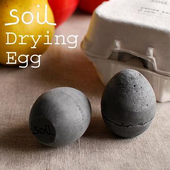 冷蔵庫に黒いタマゴ!?こっそり入れておいたらビックリされそうなこの黒いタマゴの正体は、なんと脱臭剤。