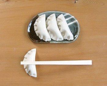 これから焼くのかな?そう見間違えてしまいそうな餃子の箸置き。中華メニューの日の食卓に並べれば、家族みんなの笑顔が見られそう♪