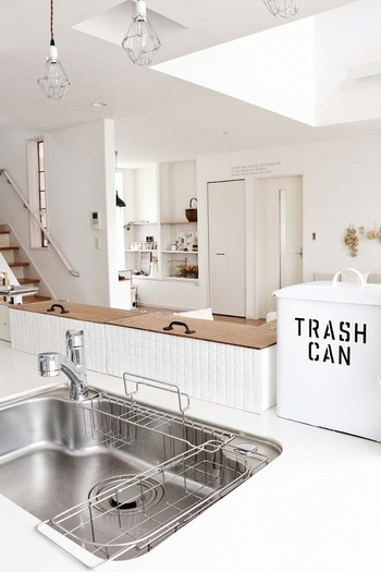 """""""人にも環境にも優しいエコ掃除""""として、近年ますます注目されている「ナチュラルクリーニング」をご存知ですか? ナチュラルクリーニングとは、重曹・クエン酸・セスキ炭酸ソーダなど、自然由来の素材を使った掃除のことをさします。 お肌への影響も少なく、キッチンからリビングまで、お家の中の様々な場所に使えるのも特徴です。 体にも地球にも優しい素材なら、小さなお子さんがいるご家庭でも安心して使えますね☆"""