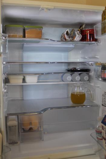 お掃除の時には「クエン酸スプレー」を用意しておくと便利です。クエン酸水は200㎖の水に対して、クエン酸小さじ1杯の割合で作ります。食品は別の場所に移動して庫内にシュっと吹きかけ、乾いたクロスで拭き取ります。冷蔵庫をきれいに掃除しながら、同時に消臭・抗菌もできちゃいますよ☆